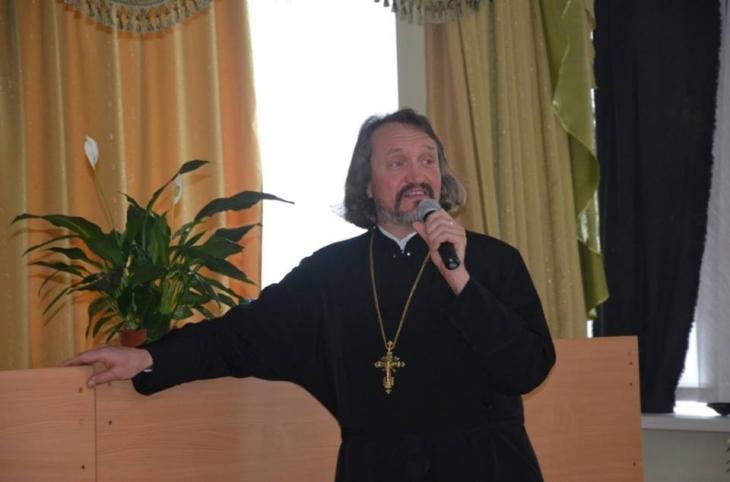 Отець Іван Рибарук з Криворівні агітував за екс-регіонала.