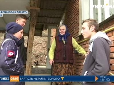 На Тлумаччині школярі безплатно допомагають літнім людям (відеосюжет)