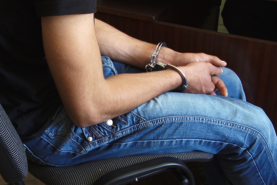 У Франківську озброєні пістолетом молодики в балаклавах пограбували двох студенток 4