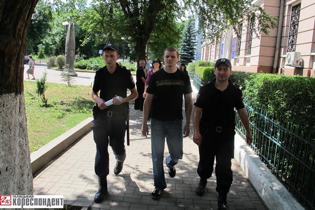 """""""Негайне"""" звільнення з-під варти для Романа Струца обернулось годинами бюрократії. ВІДЕО 2"""