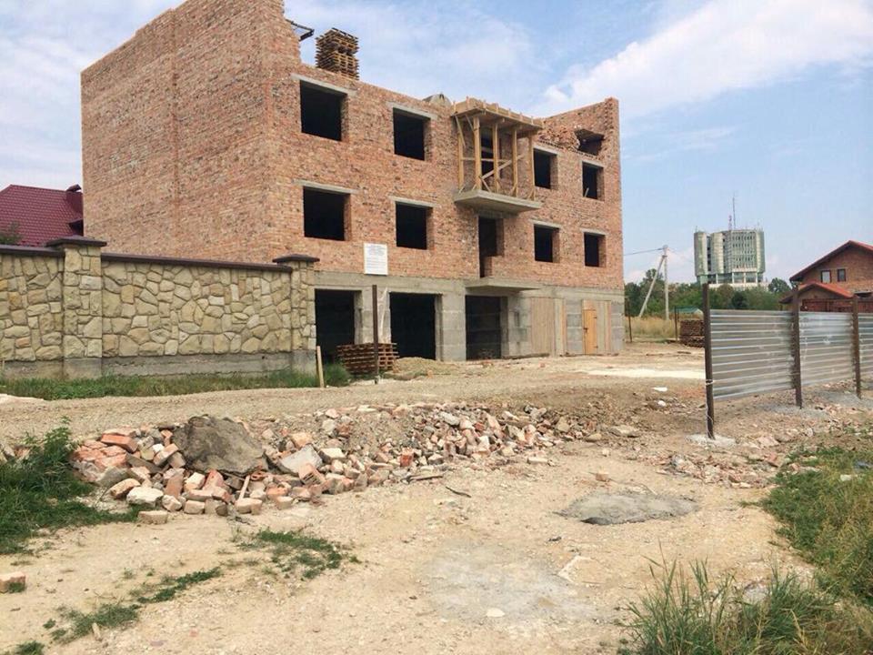 Франківці звинувачують екс-головного архітектора міста у незаконній забудові. ФОТО 3