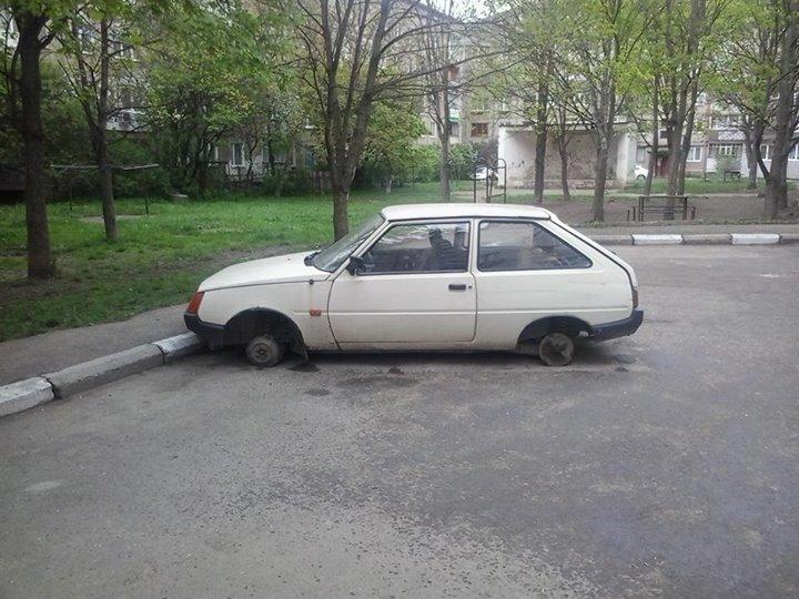 """У Франківську почали """"роззувати"""" автомобілі у дворах. ФОТОФАКТ 2"""