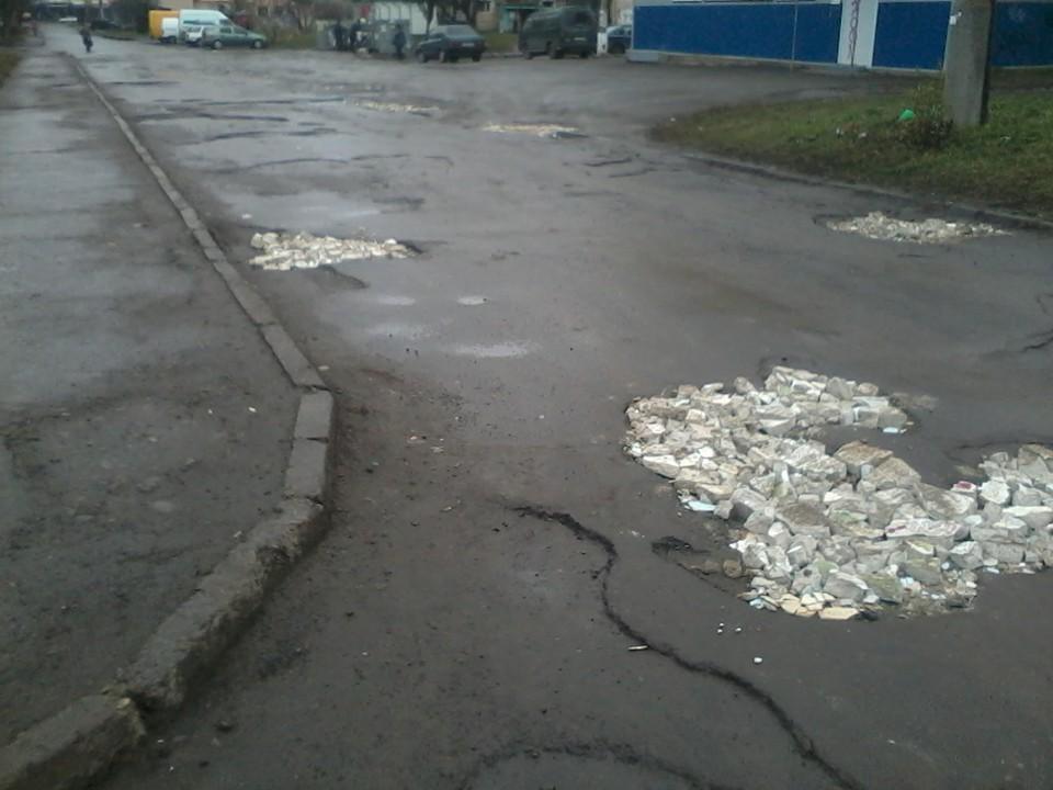 """Франківці """"залатали"""" ями на вулиці Вовчинецькій будівельним сміттям 2"""