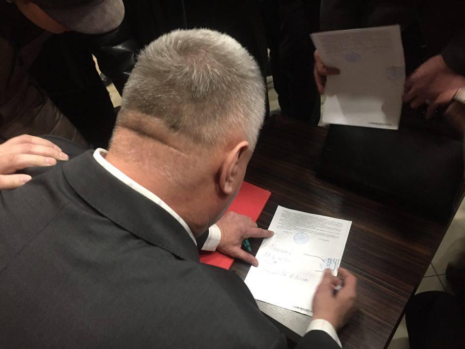 """У Франківську акціонерам """"Пресмашу"""" під тиском активістів офіційно вручили повістки до суду. ВІДЕО 4"""