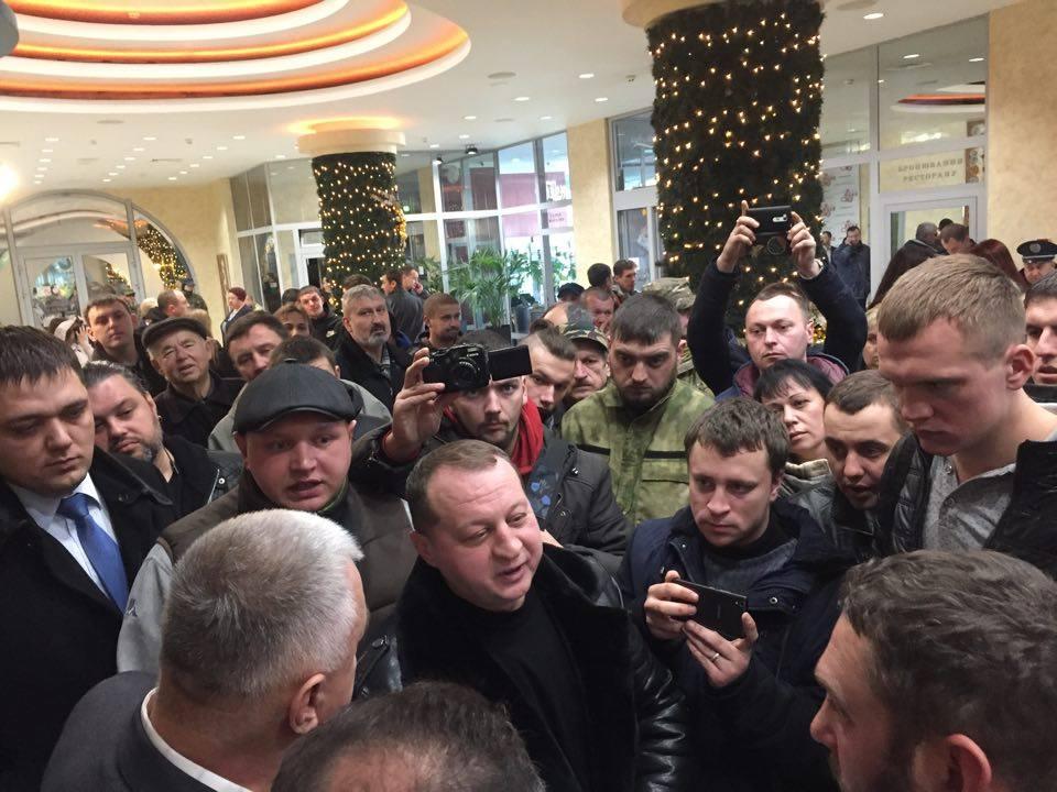 """У Франківську акціонерам """"Пресмашу"""" під тиском активістів офіційно вручили повістки до суду. ВІДЕО 2"""