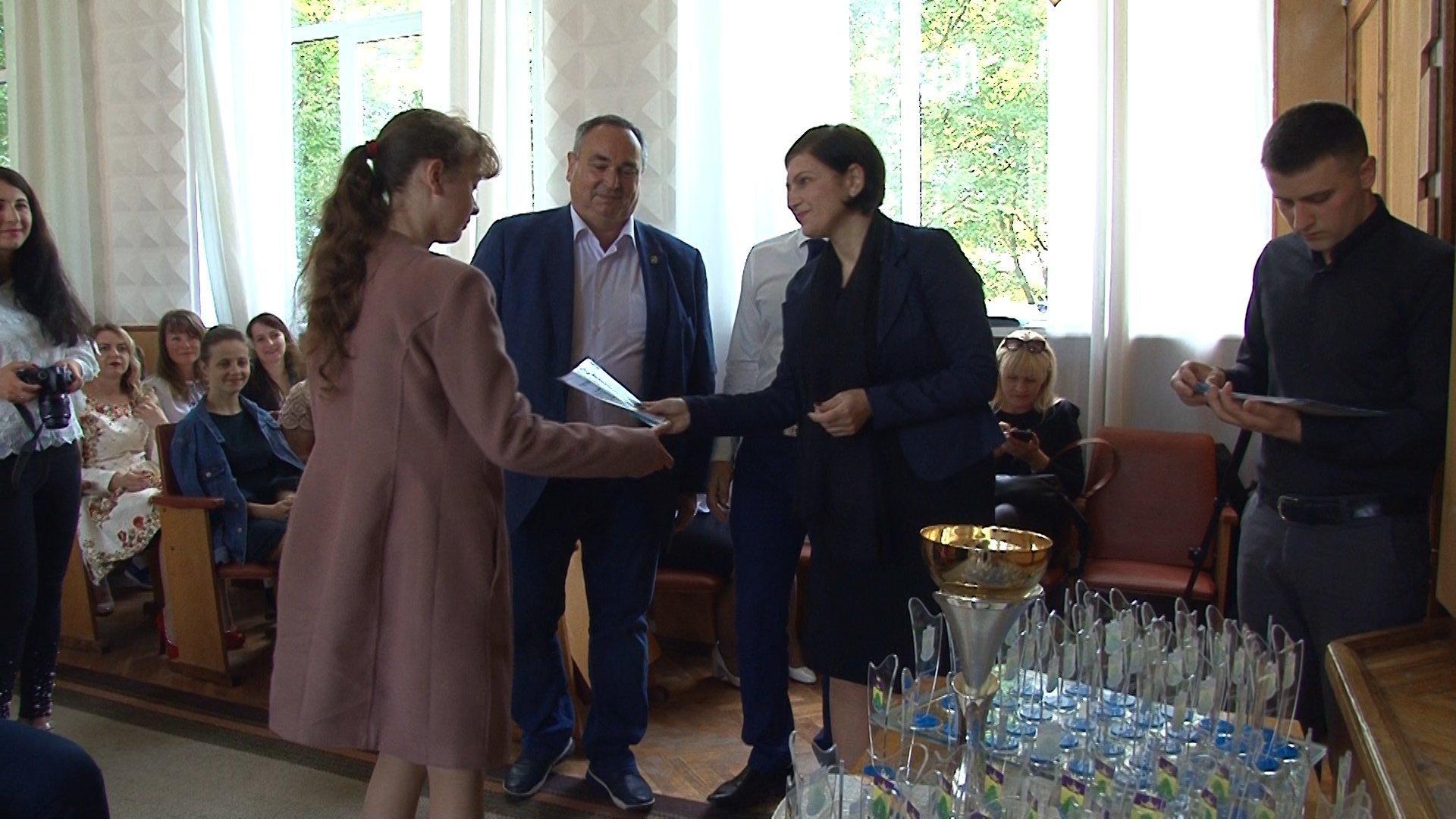 Найкращі учні та вчителі Богородчанського району отримали грошові нагороди від нардепа Дерев'янка 2