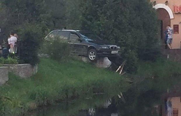 У Калуші автівка протаранила лавку і ледь не звалилася в озеро 1