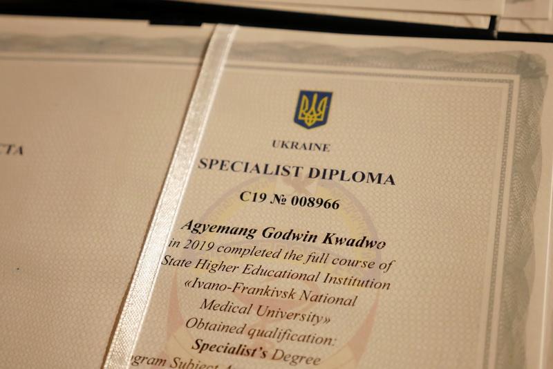 Іноземні студенти-медики у Франківську склали присягу лікаря і отримали дипломи 38