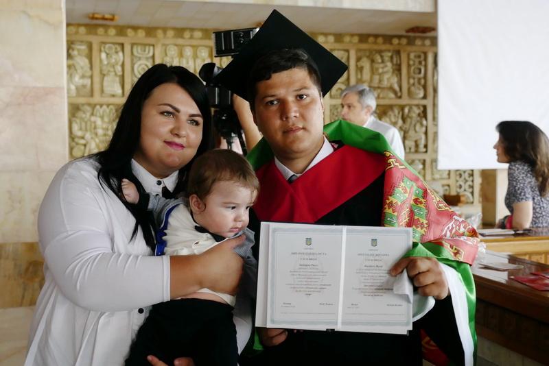 Іноземні студенти-медики у Франківську склали присягу лікаря і отримали дипломи 46