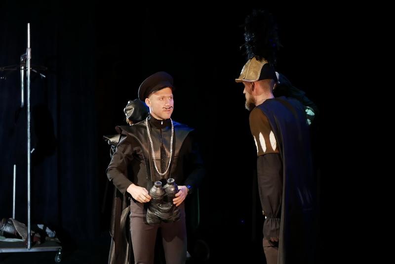 Шекспір перевертався у труні: ветерани АТО зіграли у Франківську  іронічну комедію 5