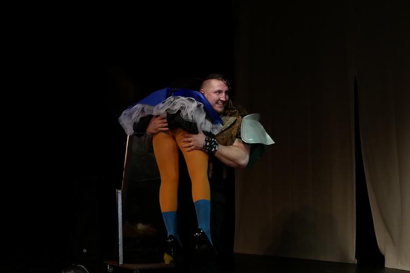 Шекспір перевертався у труні: ветерани АТО зіграли у Франківську  іронічну комедію 6
