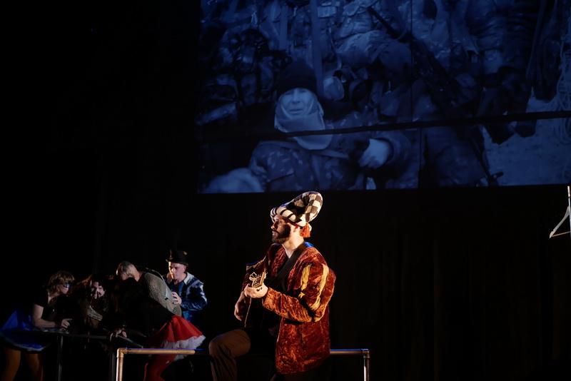 Шекспір перевертався у труні: ветерани АТО зіграли у Франківську  іронічну комедію 7