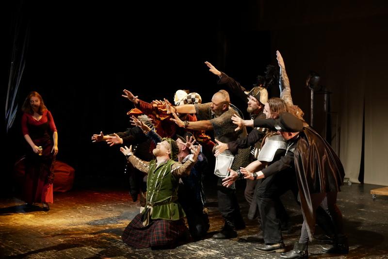 Шекспір перевертався у труні: ветерани АТО зіграли у Франківську  іронічну комедію 8