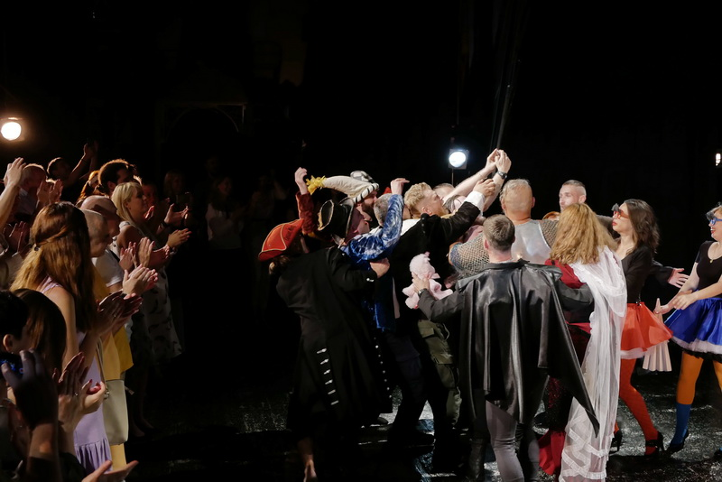 Шекспір перевертався у труні: ветерани АТО зіграли у Франківську  іронічну комедію 11