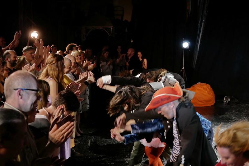 Шекспір перевертався у труні: ветерани АТО зіграли у Франківську  іронічну комедію 12