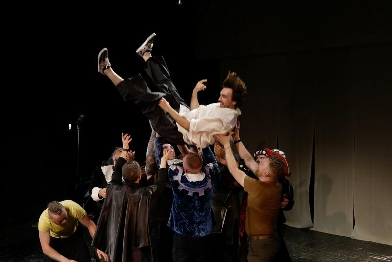 Шекспір перевертався у труні: ветерани АТО зіграли у Франківську  іронічну комедію 13