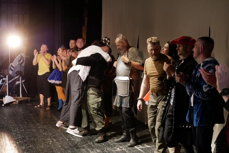Шекспір перевертався у труні: ветерани АТО зіграли у Франківську  іронічну комедію 14