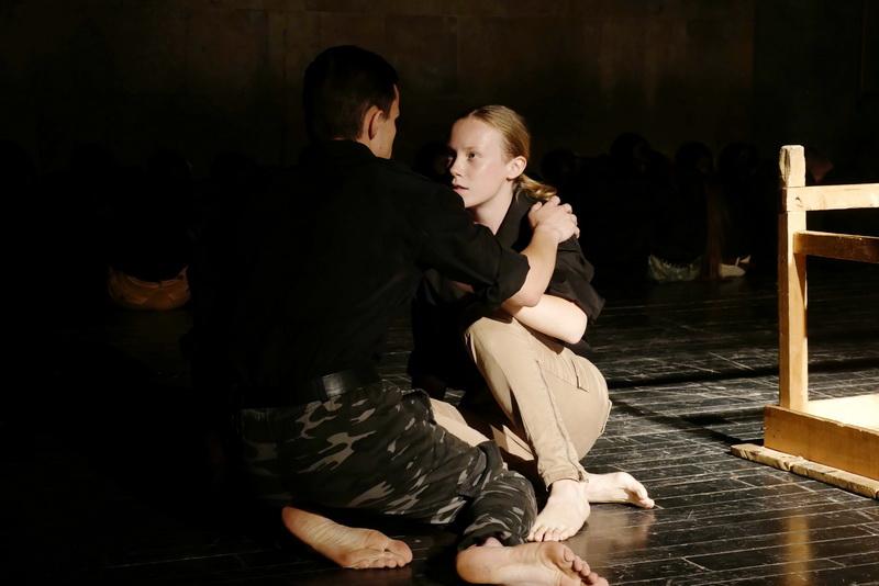 """""""Україна в огні"""": """"Дитяча театральна майстерня"""" показала зворушливу виставу про війну 4"""