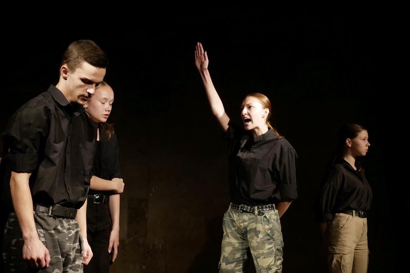 """""""Україна в огні"""": """"Дитяча театральна майстерня"""" показала зворушливу виставу про війну 16"""