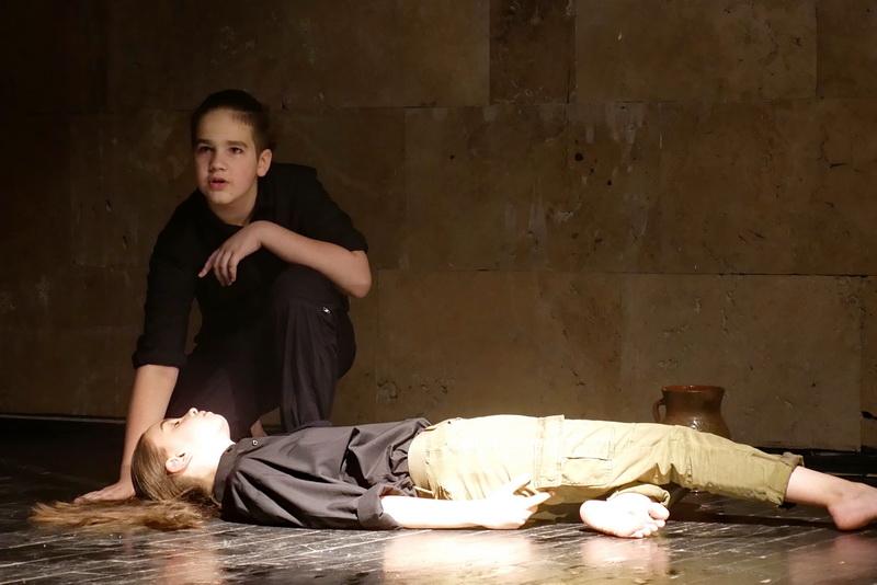 """""""Україна в огні"""": """"Дитяча театральна майстерня"""" показала зворушливу виставу про війну 20"""
