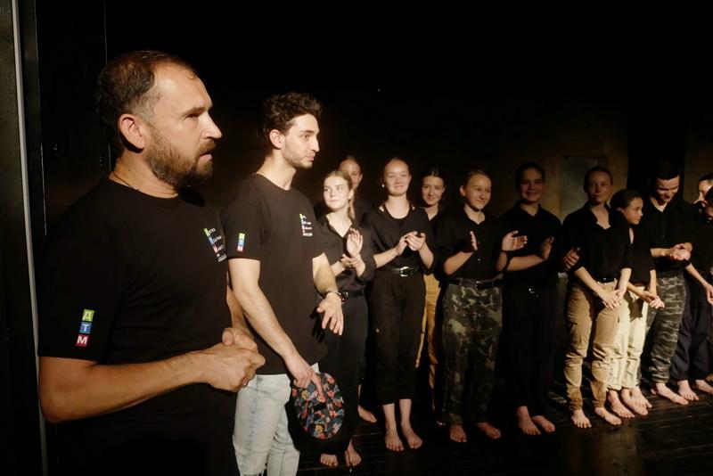 """""""Україна в огні"""": """"Дитяча театральна майстерня"""" показала зворушливу виставу про війну 22"""