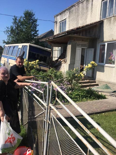 У Галичі рейсовий автобус протаранив будинок 2