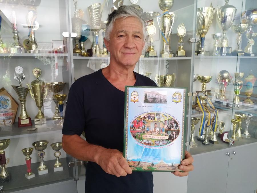 Викладач ІФНМУ написав унікальну книгу про спортивну історію університету 1