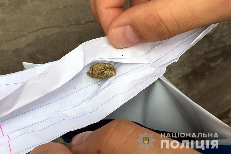 Франківські патрульні знайшли наркотики у водія-порушника 1