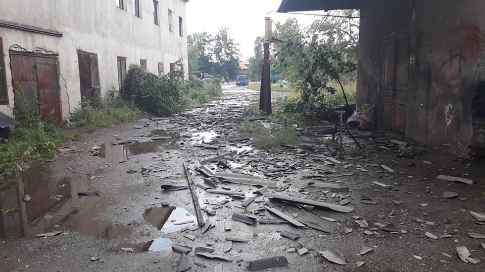 Богородчанами пронісся буревій: десятки повалених дерев, побиті машини і обірвані проводи 11