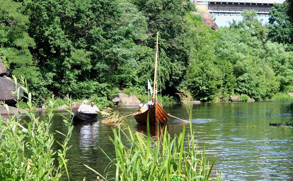 Франківці середньовічним човном прибули на історичний фестиваль у  Коростені 14