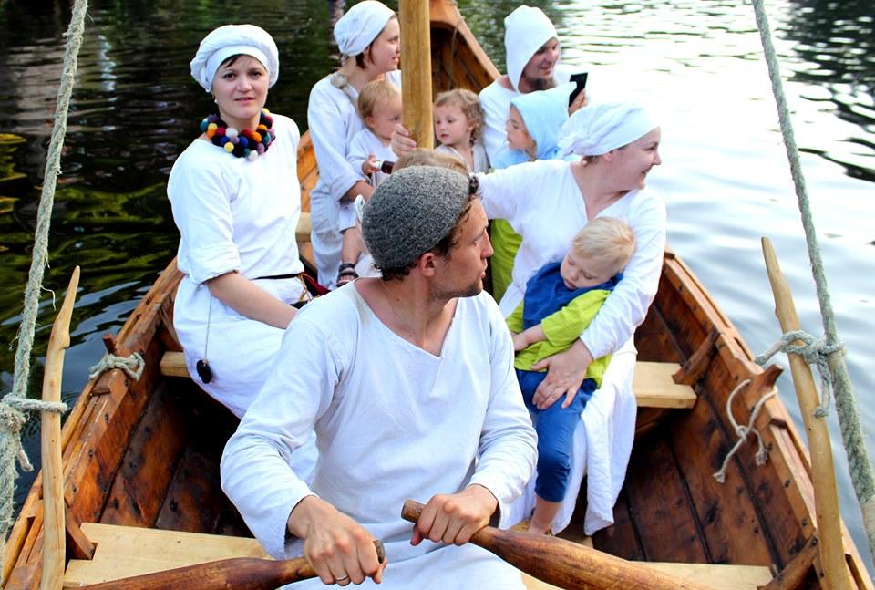 Франківці середньовічним човном прибули на історичний фестиваль у  Коростені 16