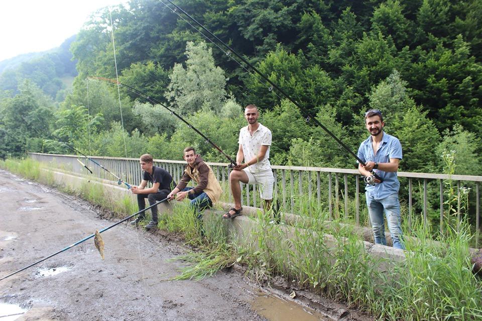 У прикарпатському селі рибалять в ямах на дорозі – вимагають ремонту 3