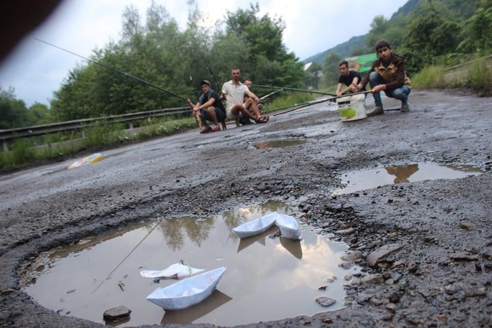 У прикарпатському селі рибалять в ямах на дорозі – вимагають ремонту 1