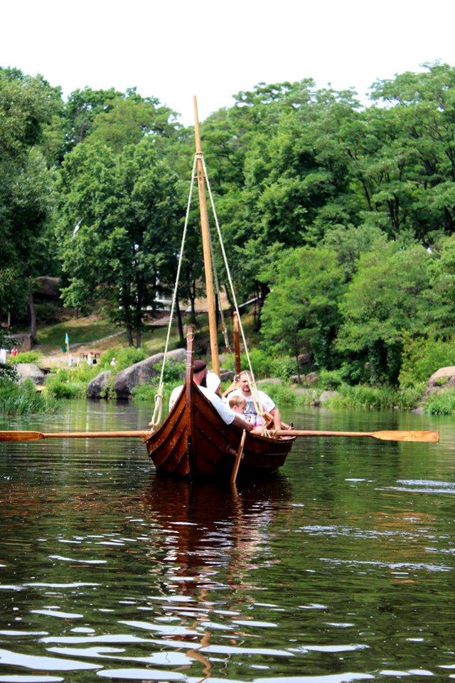 Франківці середньовічним човном прибули на історичний фестиваль у  Коростені 10