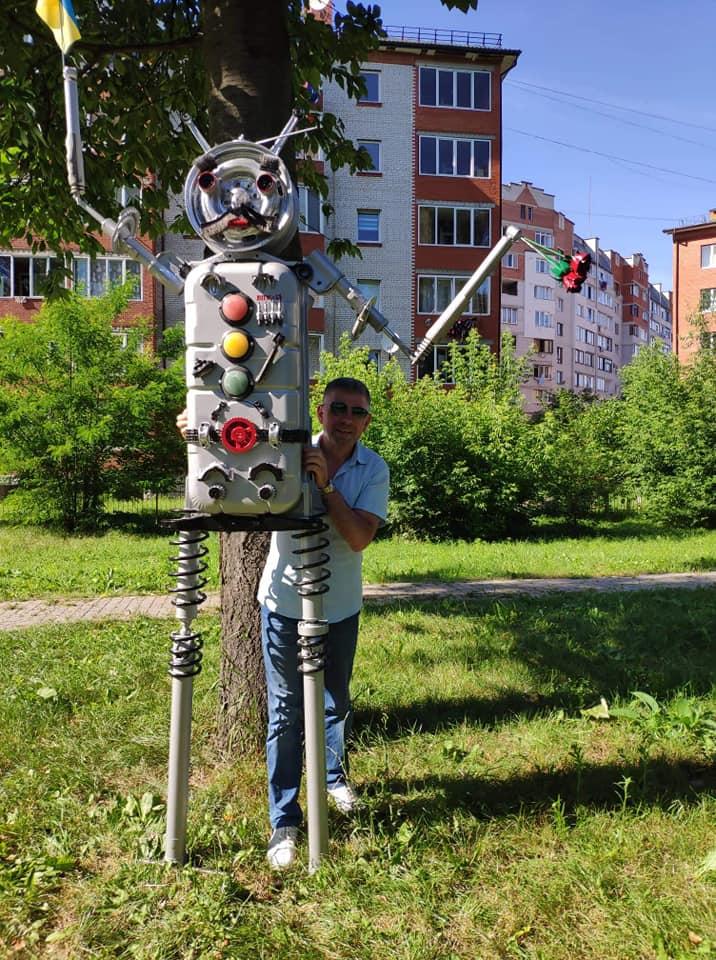 У франківському сквері встановили скульптуру робота 2