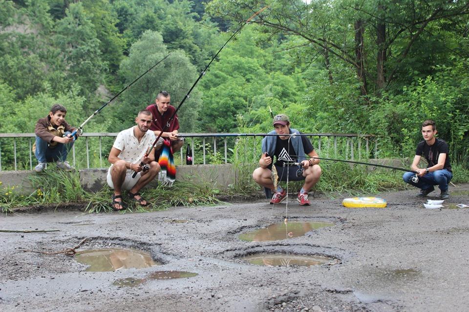 У прикарпатському селі рибалять в ямах на дорозі – вимагають ремонту 2