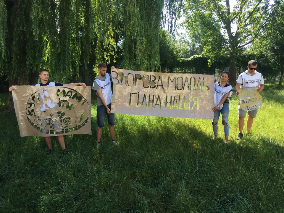 """""""Купи мамі квіти"""": у Франківську 40 волонтерів замальовують рекламу наркосайтів 4"""