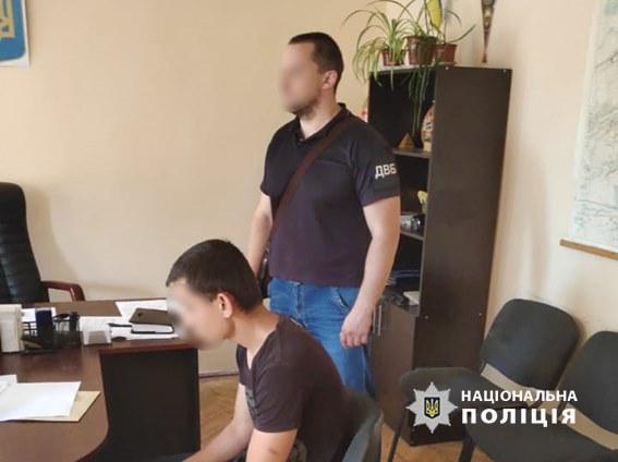 На Прикарпатті затримали двох чоловіків, які намагались дати поліцейським тисячу доларів хабаря 4