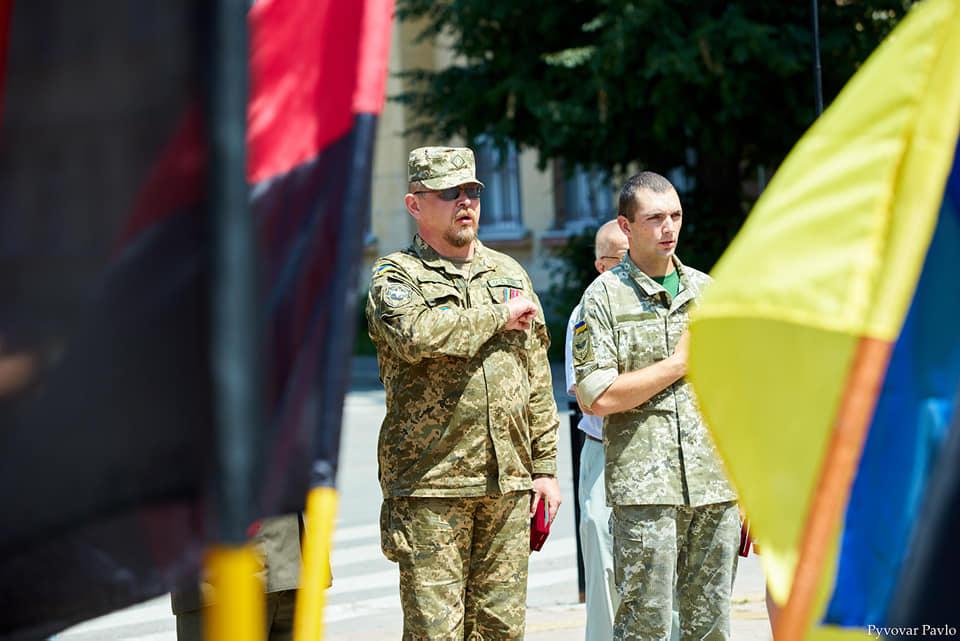 Під партійними прапорами: у Франківську на віче вшанували Романа Шухевича 2