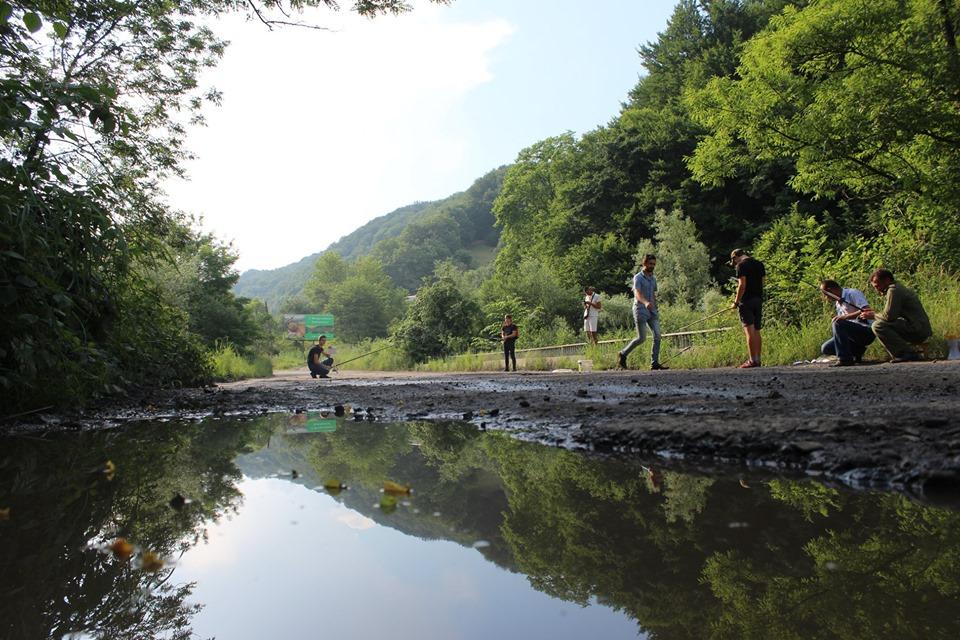 У прикарпатському селі рибалять в ямах на дорозі – вимагають ремонту 4