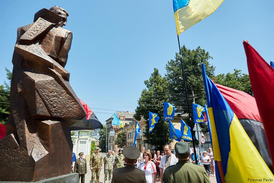 Під партійними прапорами: у Франківську на віче вшанували Романа Шухевича 12