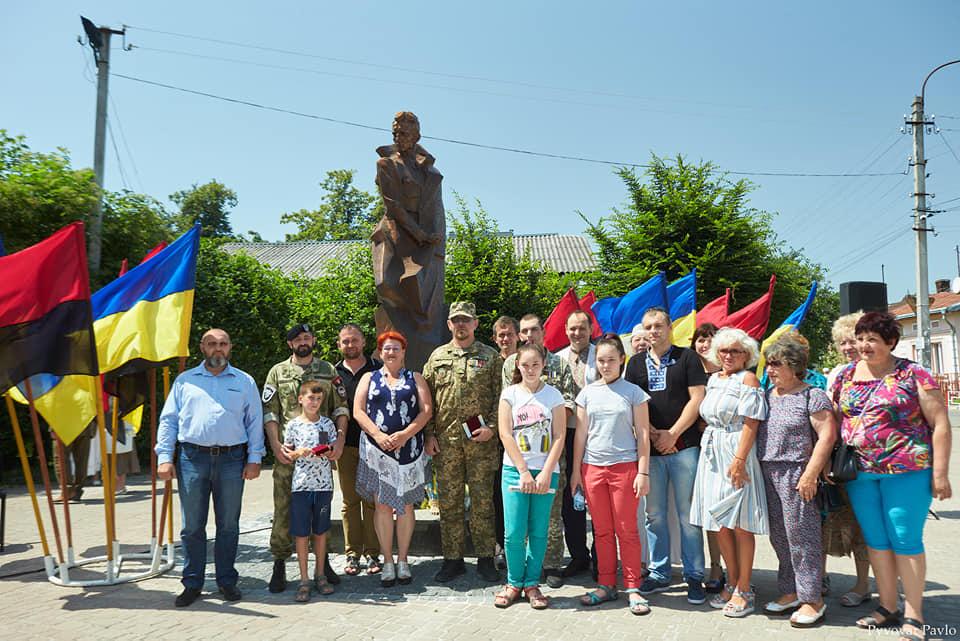 Під партійними прапорами: у Франківську на віче вшанували Романа Шухевича 16