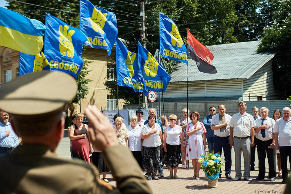 Під партійними прапорами: у Франківську на віче вшанували Романа Шухевича 3