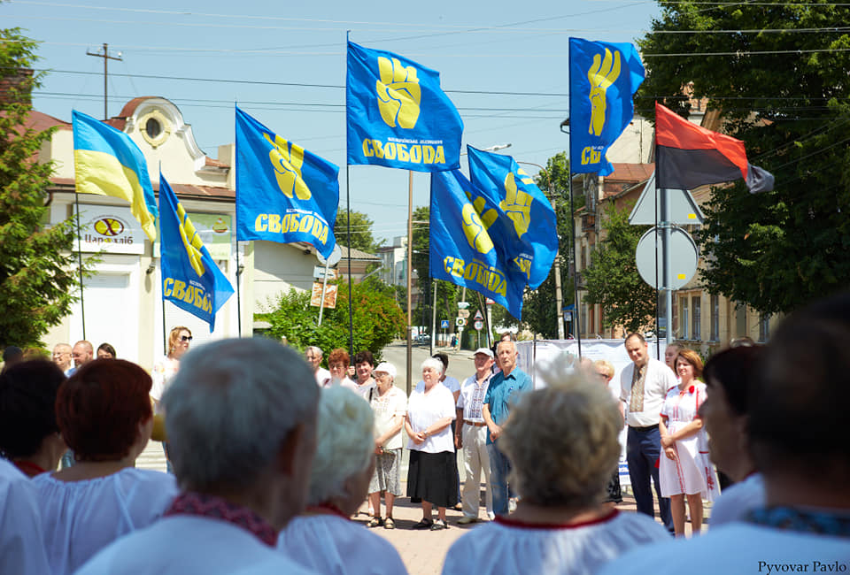 Під партійними прапорами: у Франківську на віче вшанували Романа Шухевича 5