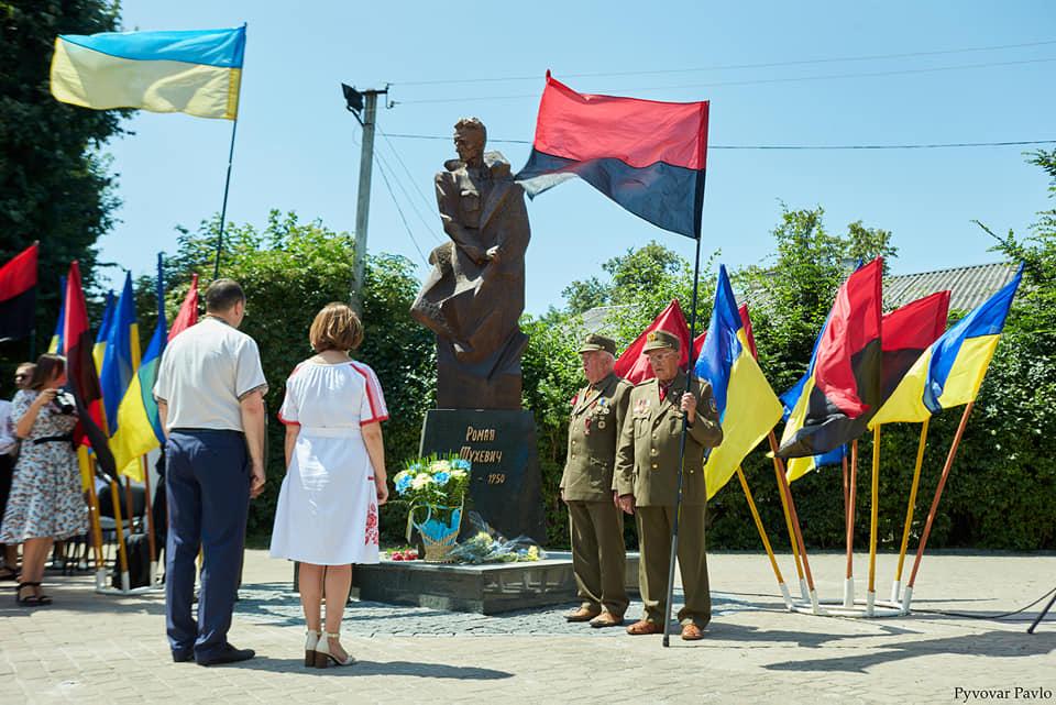Під партійними прапорами: у Франківську на віче вшанували Романа Шухевича 1
