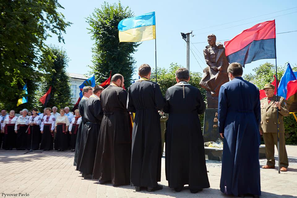 Під партійними прапорами: у Франківську на віче вшанували Романа Шухевича 7
