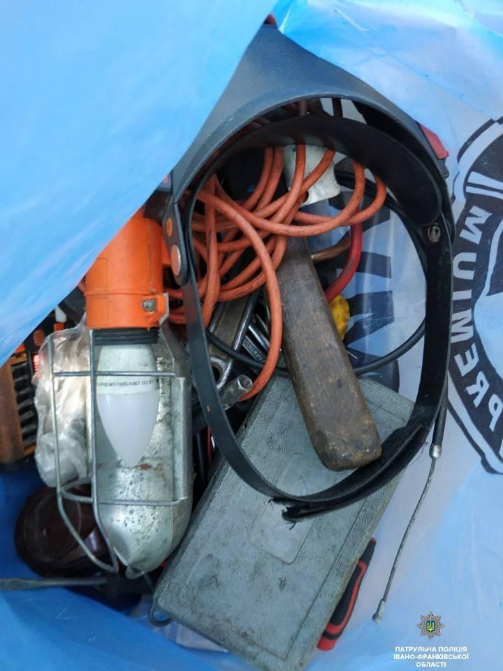 Франківські патрульні затримали автомобільних крадіїв з акумулятором 2