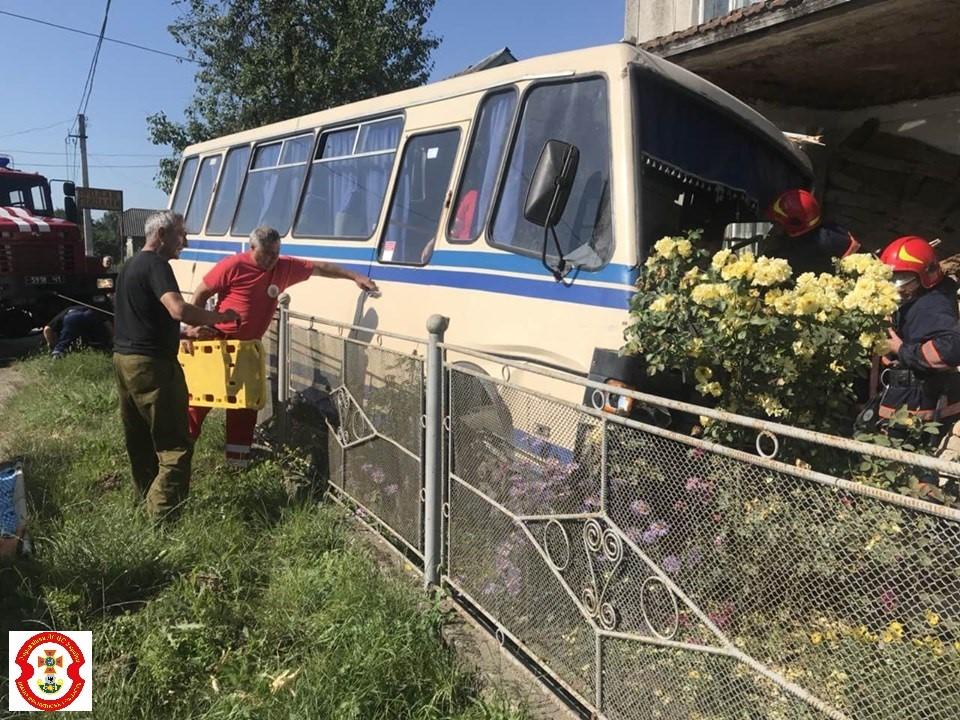 У Галичі рейсовий автобус протаранив будинок 1