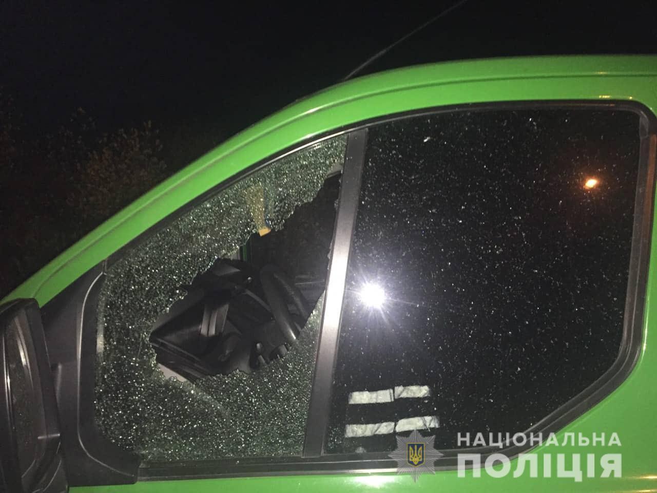 У Франківську розшукують водія, який на ходу стріляв в інше авто 1