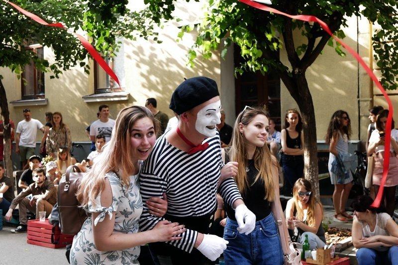 """Сотні франківців прийшли на відкриття третього сезону """"Квадрата Курбаса"""" 36"""